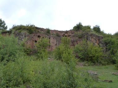 Nicht in diesem, aber in einem sehr ähnlichen benachbarten Steinbruch wurde das Dolomit für die Kalkfabrik abgebaut