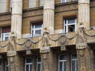 Tänzerinnen an der Fassade dieses Palastes