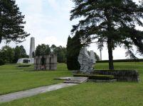 """Einige Monumente des """"Mahnmalhains"""", im Vordergrund das Denkmal Luxemburgs"""