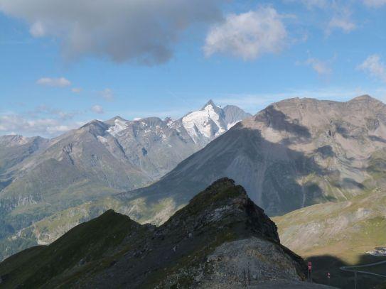 Blick auf den gegenüber gelegenen Großglockner (die weiße Spitze) vom Schareck aus