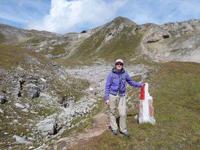 Wanderwegsmarkierung an einer langen Felsspalte