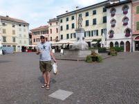An der Stelle, wo die Marmorplatte im Boden dieser Piazza eingelassen ist, wurde ein langobardischer Sarkophag mit Beigaben gefunden