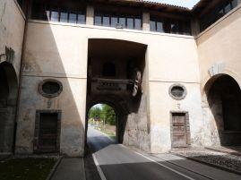 Im Tor ist die Befestigungstechnik von früher noch erhalten