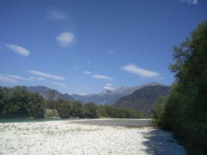 Kieselstrand mit Bergpanorama an der Soča bei einer Kanu-Pause