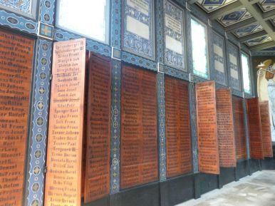 An den Wänden die Namen der Gefallenen