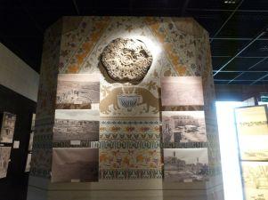 Farbige Rekonstruktion der Mschatta-Fassade im Jordan Museum in Amman - tatsächlich sind an der Fassade keinerlei Farbspuren gefunden worden