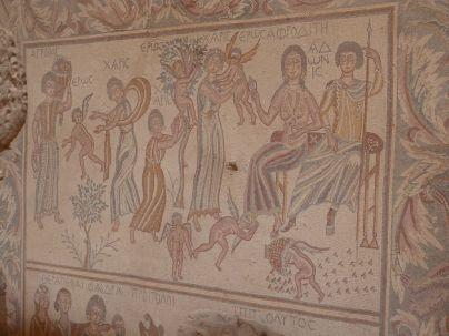 """""""Hippolytos Hall"""": Eros war wohl nicht artig und kriegt von Mama Aphrodite mit ihrer Sandale den Po versohlt!"""