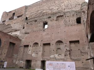 ehemalige caliguläisch-domitianische Absidenhalle