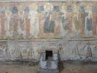 Kleiner Altar mit Reliquienbehälter