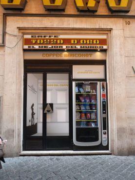 Die Konkurrenz am Pantheon hat jetzt einen Kaffee-Automaten, an dem man zu jeder Tages und Nachtzeit von der Kaffeebohne bis zur Caffetiere alles für einen guten Caffè bekommt