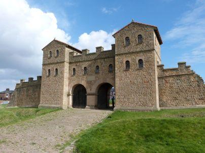 Rekonstruiertes Westtor des Lagers Arbeia
