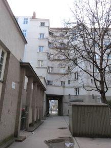 Ernst-Hinterberger-Hof - eine Pergola faßt hier die Mülltonnen ein