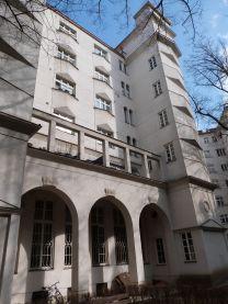 Im Innern des Metzleinstalerhofs wieder feudale Anklänge: Arkaden und Pergola