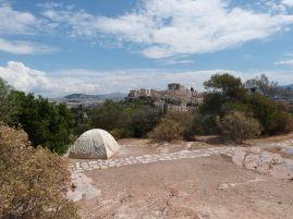 Das Marmorzelt auf dem Philopappos-Hügel mit Blick auf die Akropolis