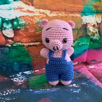 Gehäkletes Schweinchen mit blauer Latzhose
