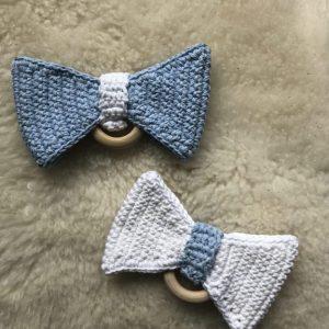 Hæklede bideringe i blå og hvid