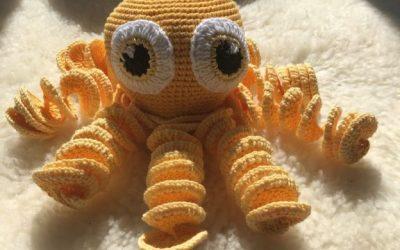 Hæklet blæksprutte i gul