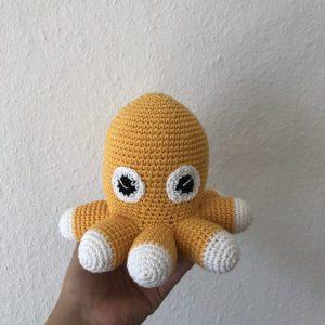 Hæklet blåsprutte med 8 ben i gul