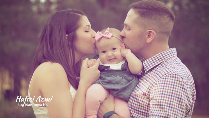 Mencium bibir anak