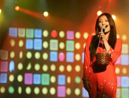 Gadis Korea pakai baju kurung