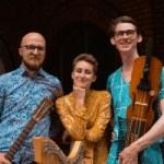 Woodlands/Bäckafall poserar med instrument