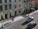 0:00 Un hombre cruzando la calle.