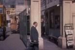 0:10:55 Cruzando la calle con traje gris