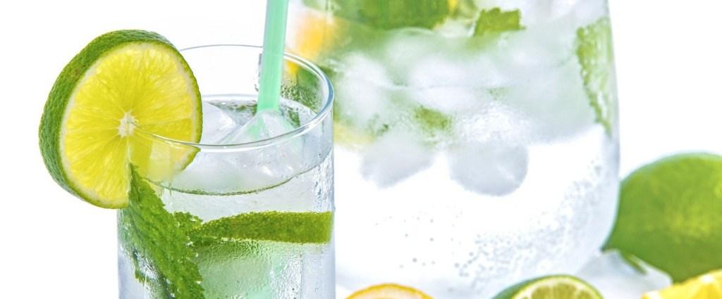 Krug mit Limonade und Eiswürfeln