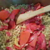Holunder- und Rosenblüten im Weinbad
