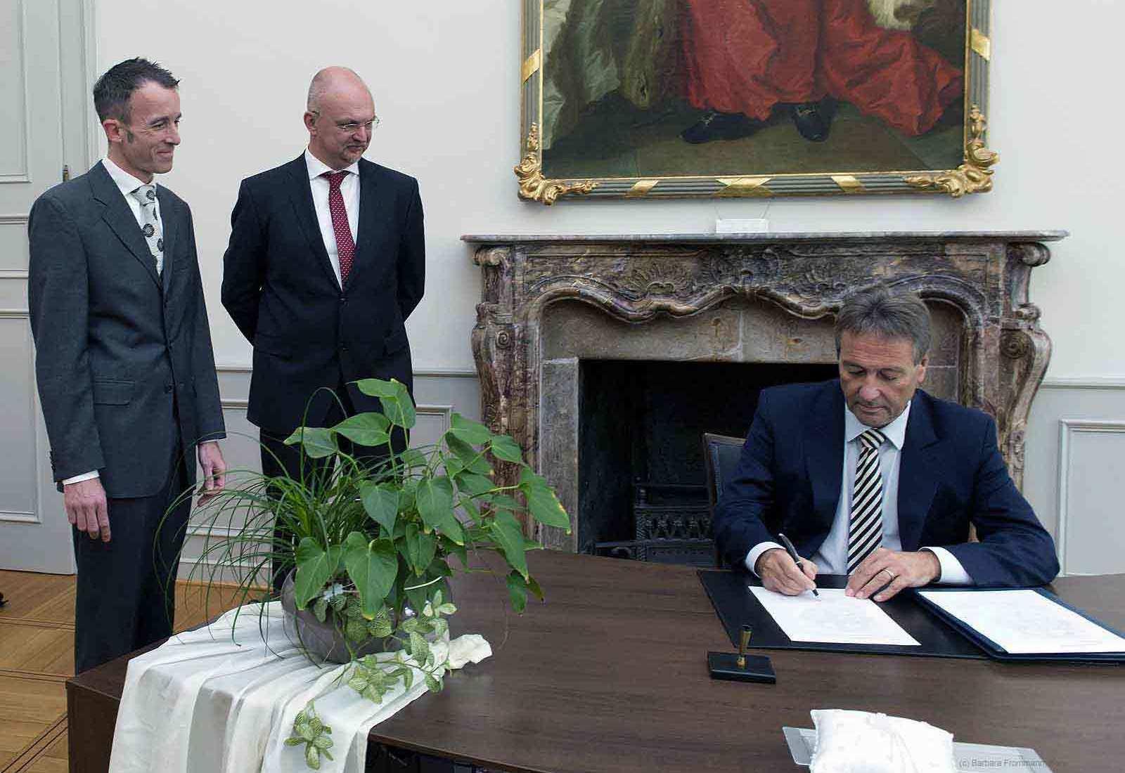 Der Bonner Oberbürgermeister bei der Unterzeichnung der Urkunden. (Foto: Barbara Frommann)