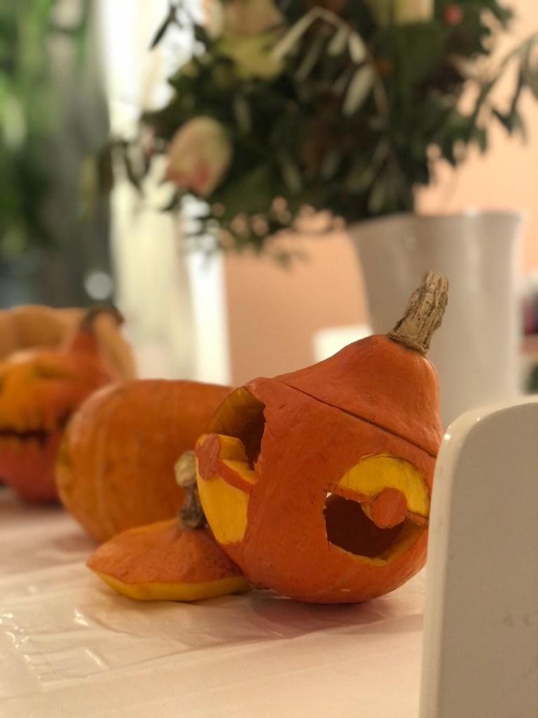 Halloween-gresskar skåret ut som en pokemon-ball.