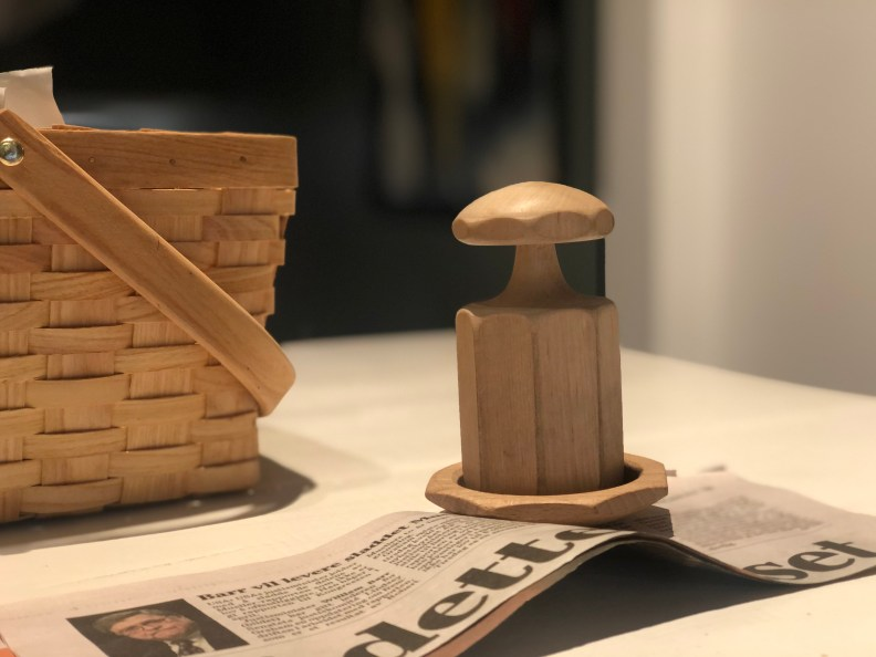Pottemaker og avispapir for å lage små potter til forkultivering. kalender for februar hage