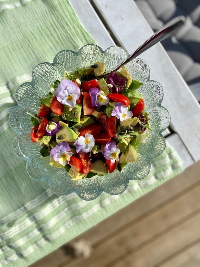 Salat med spiselige blomster