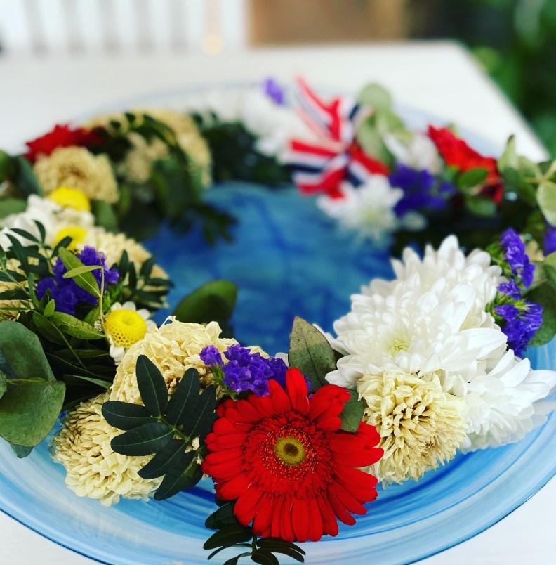 17. mai-krans med friske blomster og grønt, laget med kvistkrans