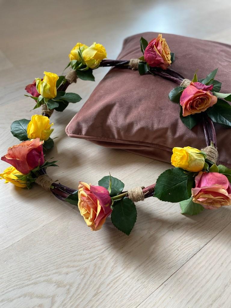 Rosekrans, blomsterkrans med roser, ferdig resultat.