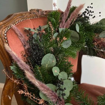Lage julekrans med granbar, eukalyptus og korn og gress