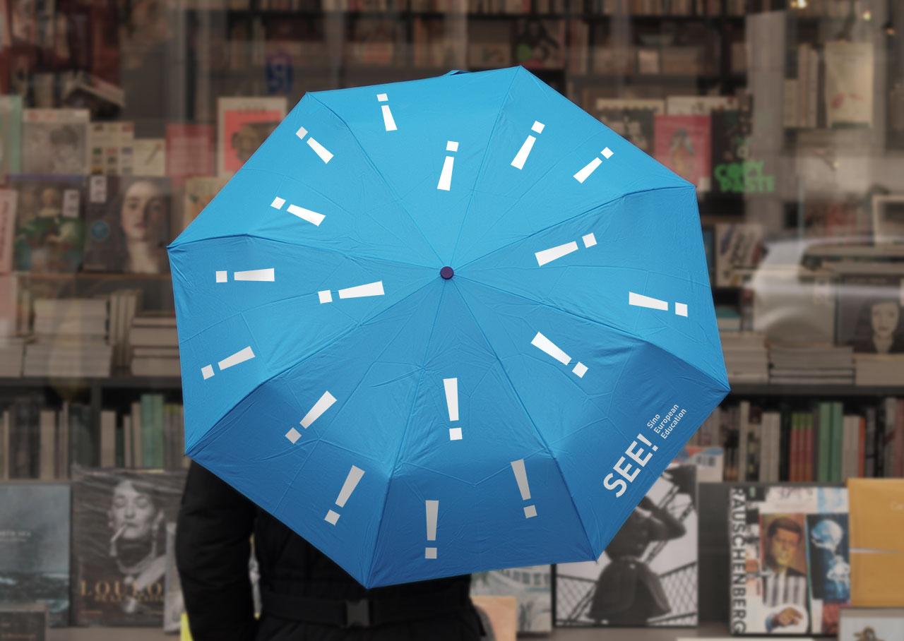 Merchandising-Artikel Regenschirm blau mit Logo und Ausrufezeichenbedruckung