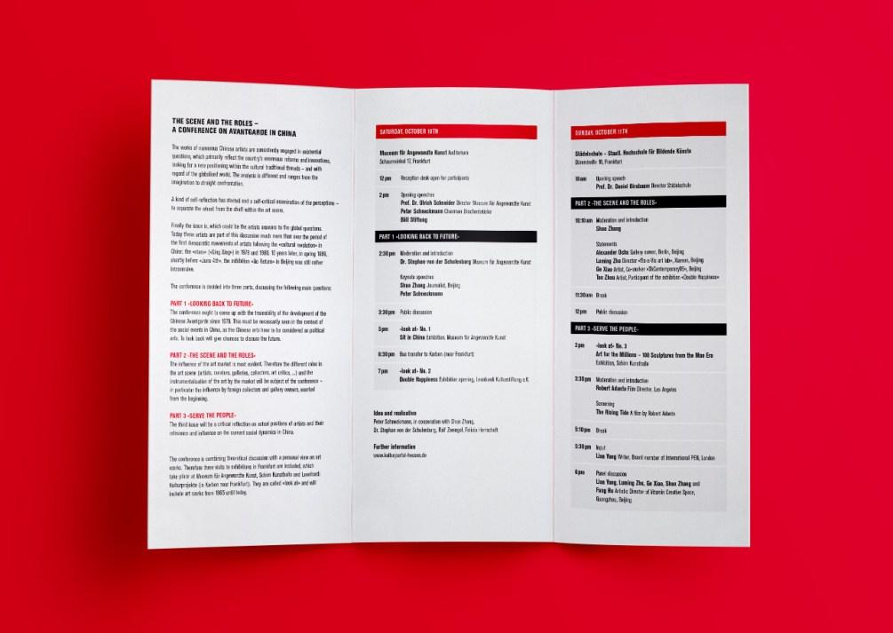 """Aufgeschlagenes Programmfaltblatt für """"The Scene And The Roles"""", die Konferenz zur Chinas Avantgarde."""