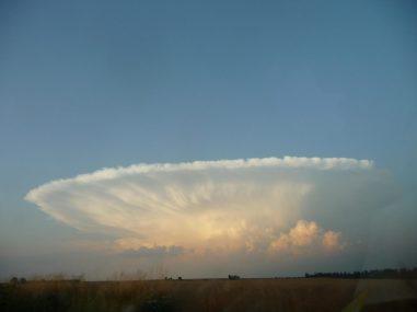 Bild 3 Ausgebildete Gewitterwolke (Cumulus Nimbus) in der typischen  Ambossform (Uli Feuermeister, CC-BY-SA 3.0)