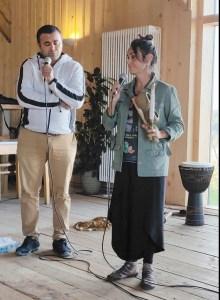 Manoela Paula Latronico de Souza die Leiterin der Gruppe und der Begleiter und Übersetzer und Übersetzer Luciano Januario Da Sales geben Hintergrundinformationen zur Aufführung