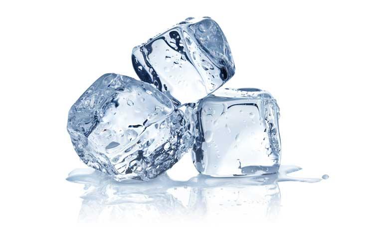 Memerahkan bibir dengan es batu