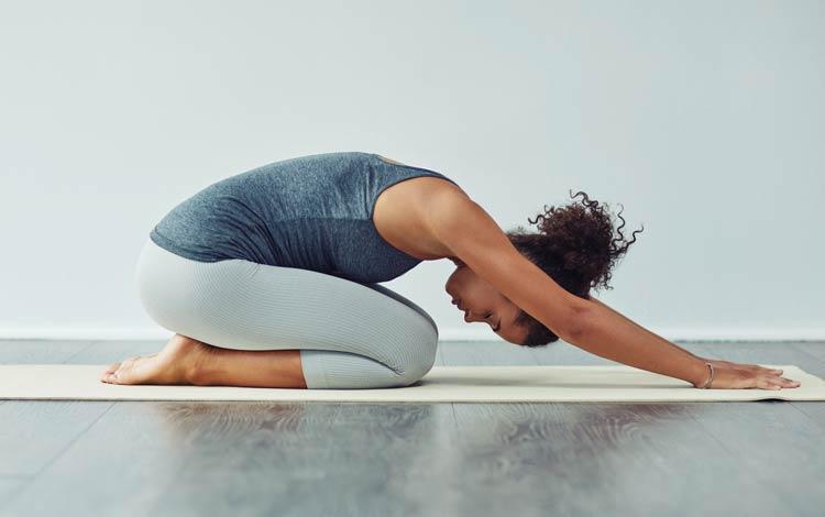 Wanita melakukan yoga