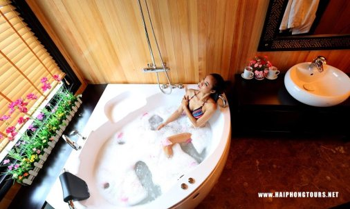 Jacuzzi in suite cabin starlight cruise