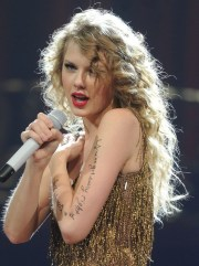taylor swift long blonde curly