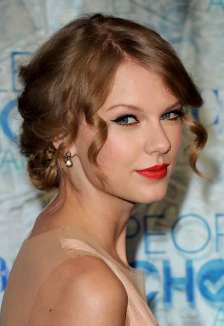 Taylor Swift Beautiful Pinned Up Ringlets Updo