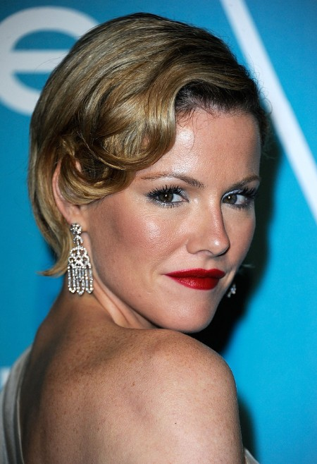 Kathleen Robertson Glamorous Short Soft Retro Curly Hairstyle