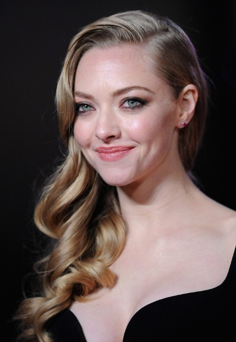 Amanda Seyfried Side Parted Long Curly Hairstyle