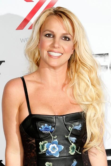 Britney Spears Hairstyles Bottle Blonde Tresses in Loose Waves  Hairstyles Weekly