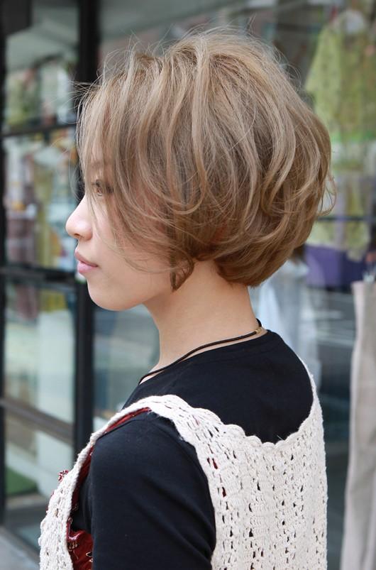 Short Japanese Haircut Glamorous Blonde Retro Bob With