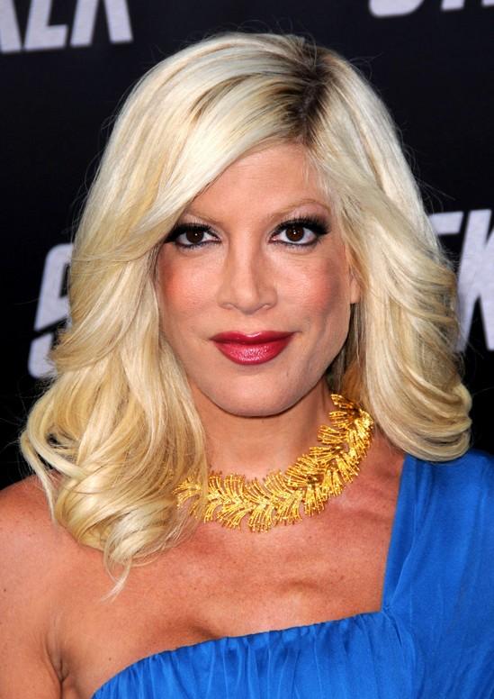 Smooth Waves in MedLong Pale Blonde Hair Tori Spellings